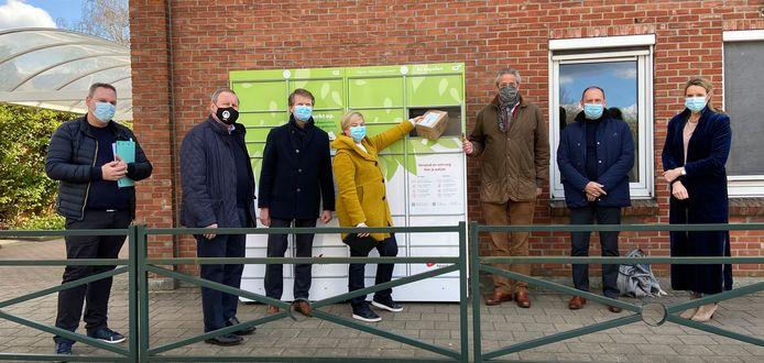 Aan het administratief centrum in Kapellen staat een nieuwe pakjesautomaat. V.l.n.r.: Tim Cogneau (bpost), burgemeester Dirk Van Mechelen (Open Vld), schepen Koen Helsen (Open Vld), Charlie Geeraerds (bpost), schepen Frederic Van Haaren (Open Vld), schepen Luc Devriese (N-VA) en schepen An Stokmans (Open Vld)