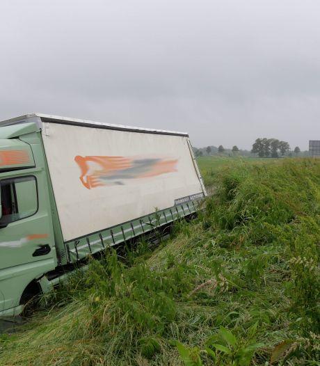 Vrachtwagen raakt van de weg op A28 tussen Zwolle en Hoogeveen