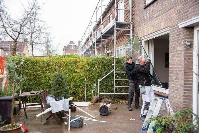 Bouwvakkers plaatsen dubbelglas om oudere huurhuizen van Ieder1 in Zutphen te verduurzamen.
