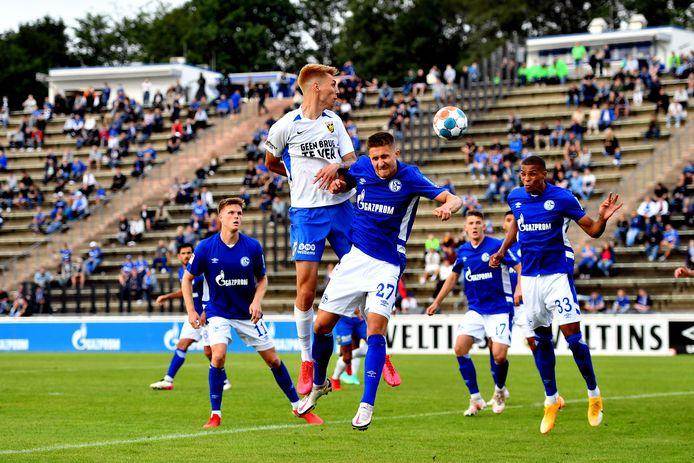 Het Parkstadion van Schalke, met duizend toeschouwers. Dominik Oroz (wit shirt) in duel met Reinhold Ranftl van de Duitse club.