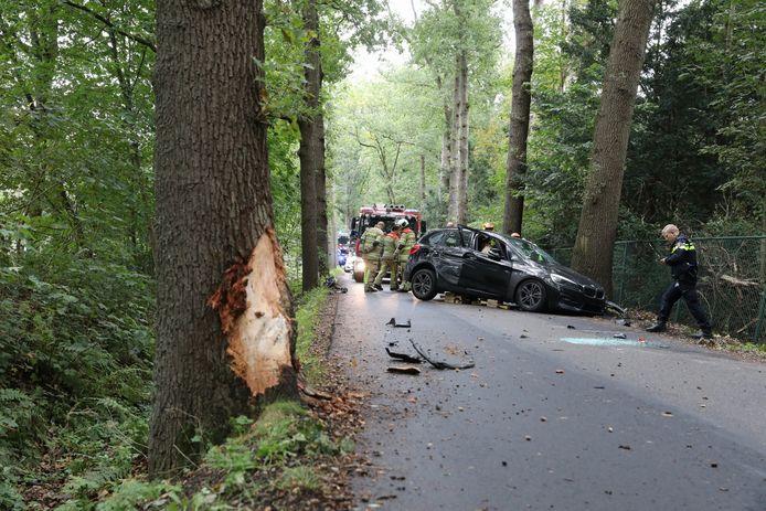 De auto raakte door de klap zwaar beschadigd.