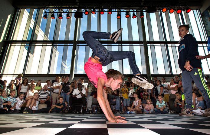 Een jonge danser in actie tijdens de tweede editie van festival Urban Matterz in de Cacaofabriek