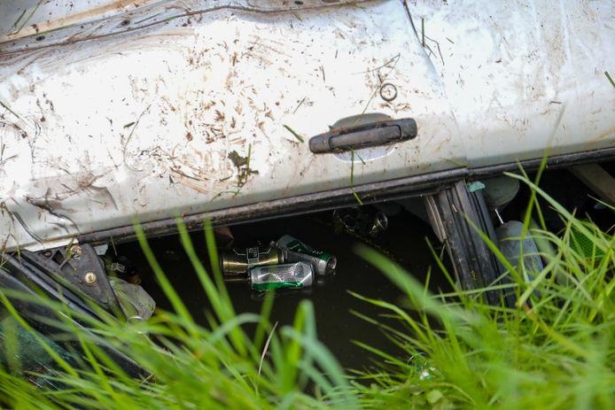 Na het ongeluk kwamen er lege bierblikjes uit de auto boven water.
