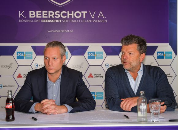 Ondervoorzitter Walter Damen (links) en algemeen directeur Gunther Dieltjens gaven uitleg bij de trainerswissel bij Beerschot.