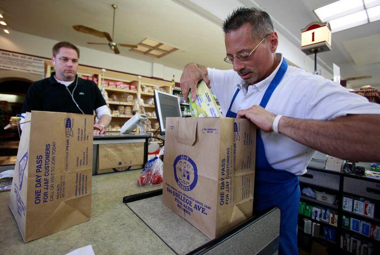 Boodschappen gaan in een papieren boodschappentas in Californië, waar wetgeving is om plastic zakjes in supermarkten te verminderen. Beeld AP