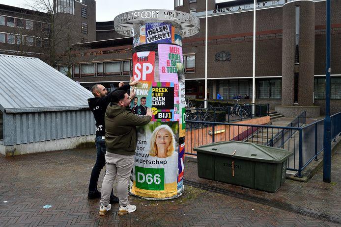 Met nog een volle dag te gaan tot de verkiezingen, proberen partijen in Amersfoort ook via de plakzuil nog de laatste stemmen te winnen. Hier zijn vertegenwoordigers van Denk aan het werk.