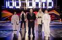 Burgemeester Ahmed Aboutaleb en songfestivalpresentatoren Chantal Janzen, Edsilia Rombley, Jan Smit en Nikkie de Jager onthullen een grote kunstinstallatie in de vorm van een aftelklok.