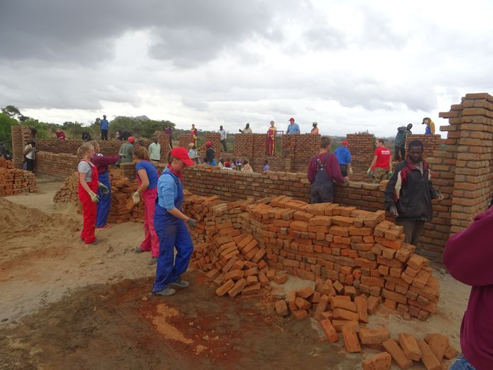 In Malawi helpen Nederlandse leerlingen van verschillende scholen bij bijvoorbeeld de bouw van scholen.