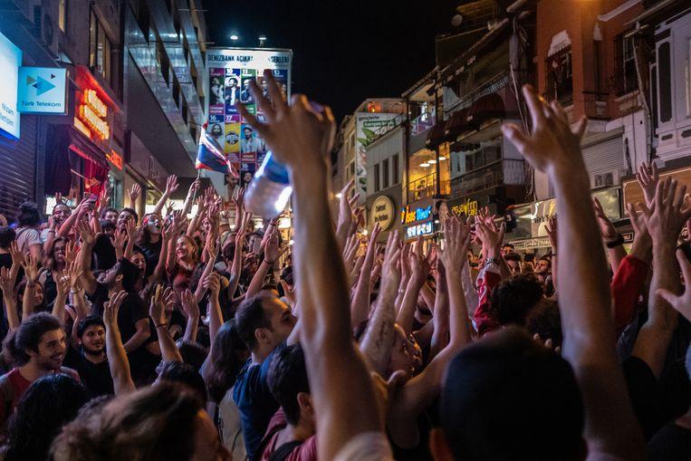 In Istanbul wordt zondagavond de overwinning gevierd van Ekrem Imamoglu van de CHP.   Beeld Joris Van Gennip