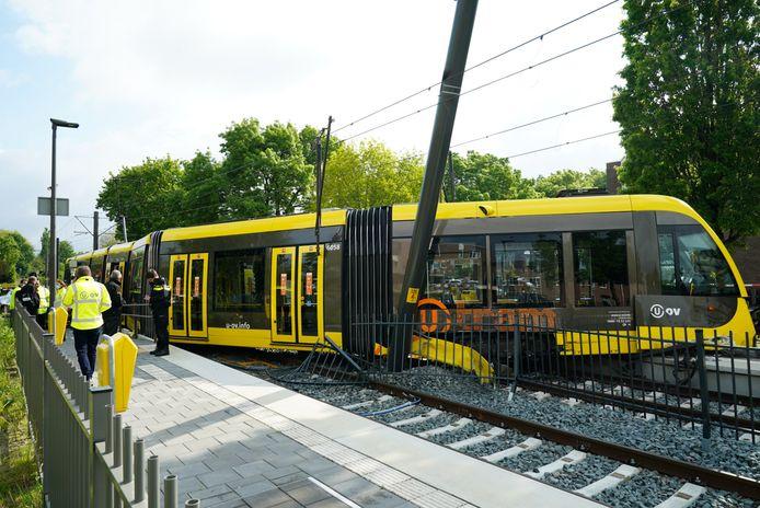De ontspoorde tram bij halte Doorslag in Nieuwegein.