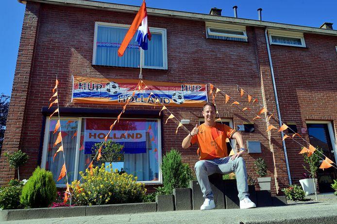 Michaël Koevoets bij zijn oranje versierde huis in Bosschenhoofd.