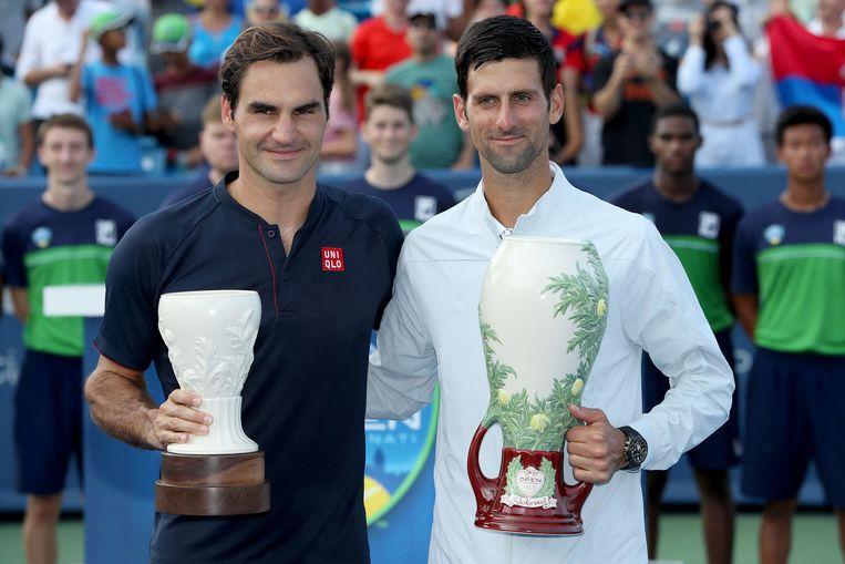 Novak Djokovic (rechts) versloeg zondagnacht Roger Federer (links) in de finale van Cincinnati. Beeld AFP