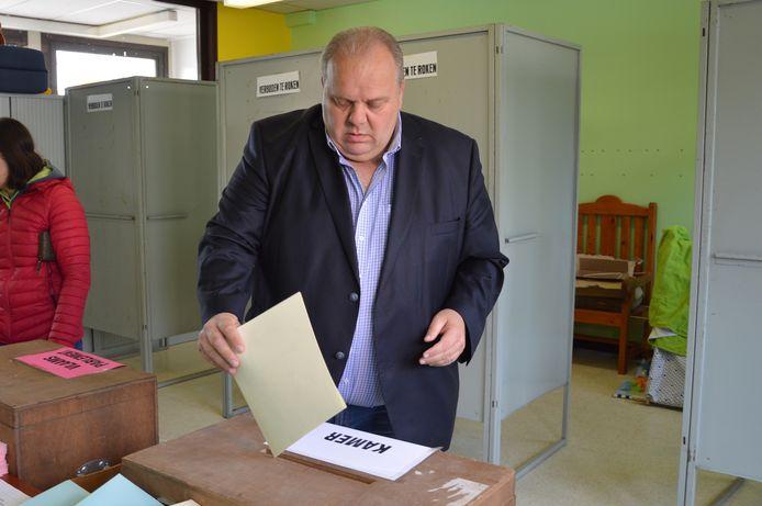 Guy D'haeseleer (Vlaams Belang) in het stemlokaal in basischool Heilige Harten in Ninove.