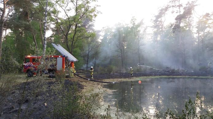 De brandweer is aan het nablussen rond het vennetje aan de Onderveldsweg.