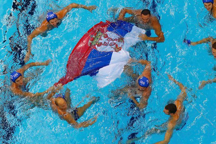 De waterpoloploeg van Servië viert feest op de Spelen van 2016 nadat Kroatië in de finale is verslagen. Beide landen willen uitstel van de Spelen in Tokio.