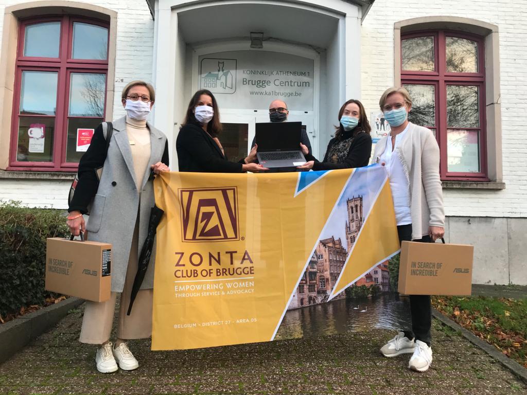 Serviceclub Zonta Brugge schenkt laptops aan het Atheneum.