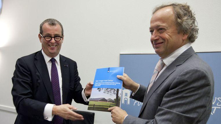 Staatssecretaris Henk Bleker ontvangt het rapport over de verdere schaalvergroting in de veehouderij van oud-minister Hans Alders, in 2011. Beeld ANP