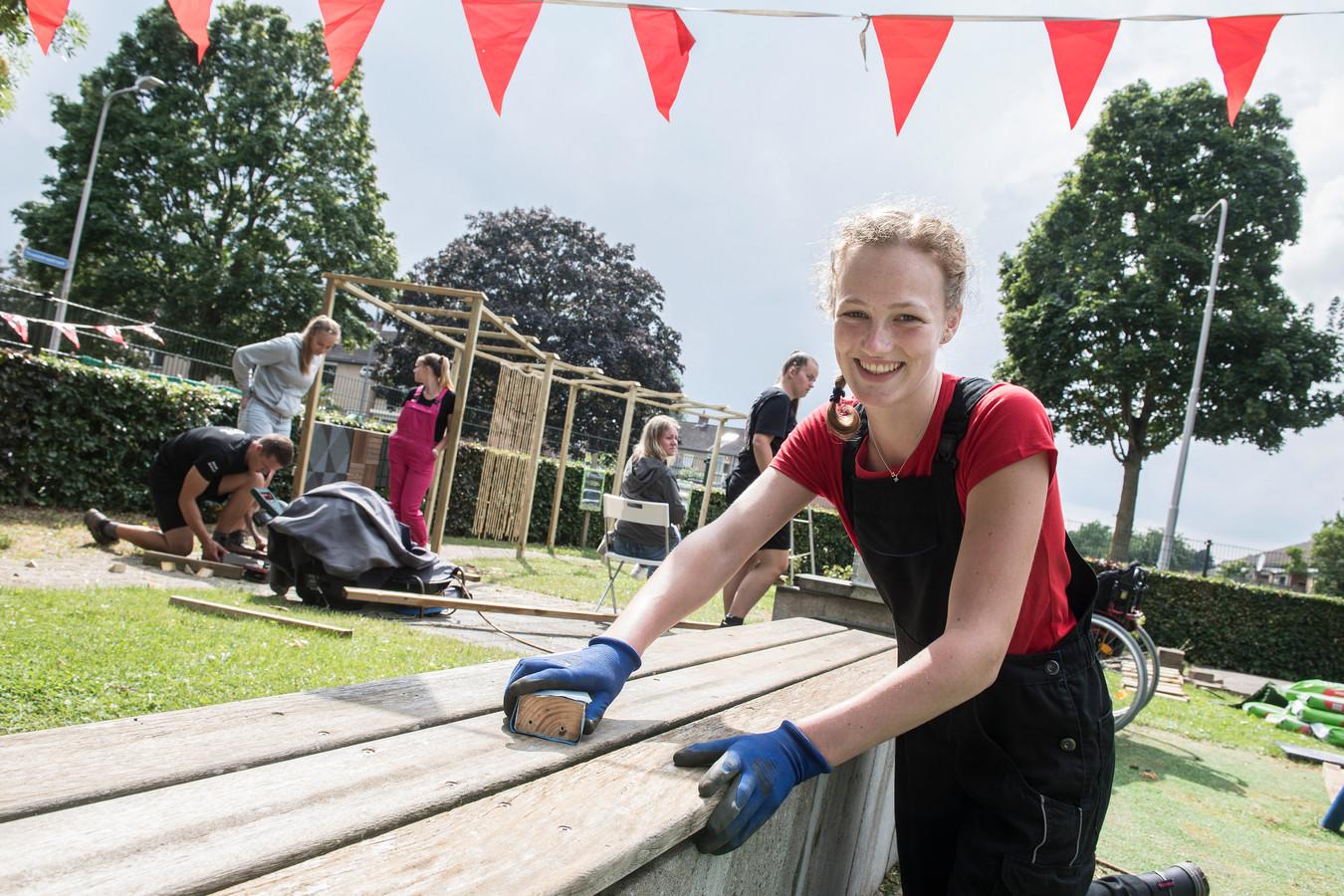 Geldermalsen 26/07/2021 - Vrijwilliger Nynke Boonstra helpt mee de Rietpol op te knappen - iov Gelderlander - dgfoto - Foto Raphael Drent