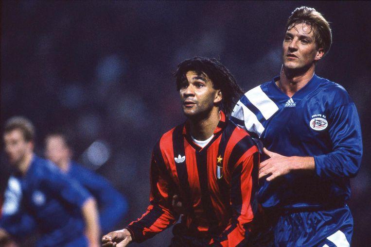 Ruud Gullit (Ac Milan) en Wim Kieft (PSV) in de eerste editie van de Champions League in seizoen 1992/93. Beeld null