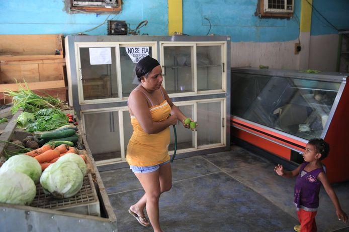 Carla Jimenez (24 jaar) en Louay Chalhoub (39 jaar) runnen een winkeltje in Puerto Cabello. Ze verkopen alleen de eerste levensbehoeften, want het is heel moeilijk aan andere goederen te komen of ze zijn onbetaalbaar. Schoonmaakmiddelen zijn bijvoorbeeld slecht verkrijgbaar.
