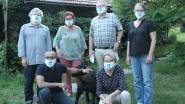Op de Spiegel vzw toont met klavertjesmondmasker dat ze vluchtelingen welkom heet