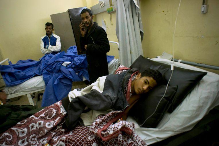 Een overlevende krijgt medische zorgen. De burgers in Sinaï zitten tussen twee kwaden: IS en het leger. Beeld AP