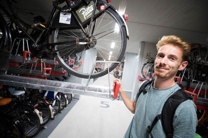 Een deel van de fietsenrekken in de nieuwe stalling in Utrecht is te klein. De opoefiets van Jesse Heutink past niet.