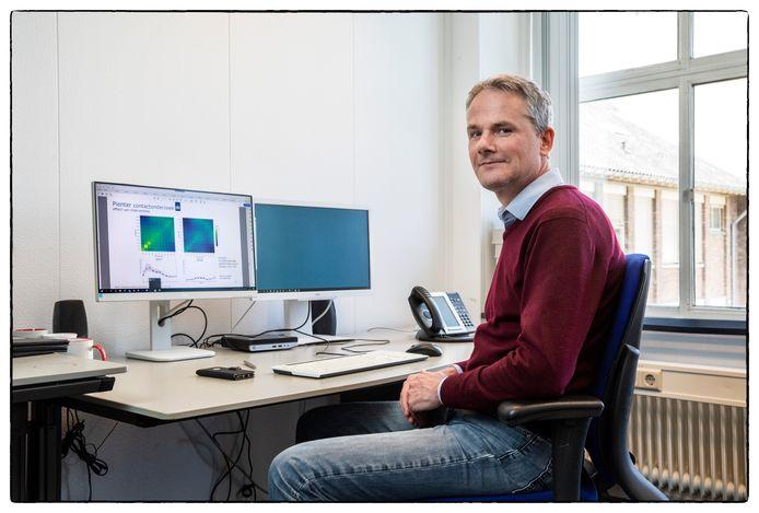 Jacco Wallinga, RIVM-rekenmeester, waarschuwt voor het te snel versoepelen van de coronaregels.