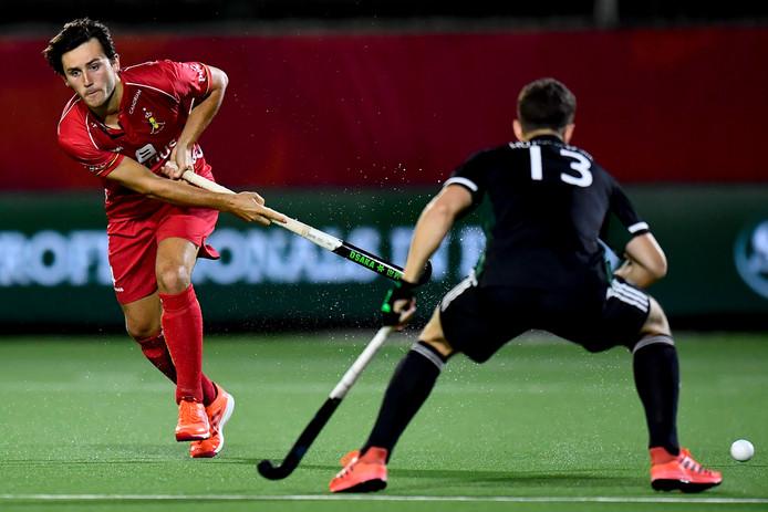 Arthur van Doren (l) namens België in actie tegen Wales.