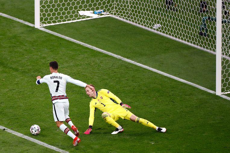 Cristiano Ronaldo op weg naar de 3-0 tegen Hongarije, zijn elfde goal op een EK. Daarmee is hij topscorer aller tijden op een EK. Beeld Getty Images