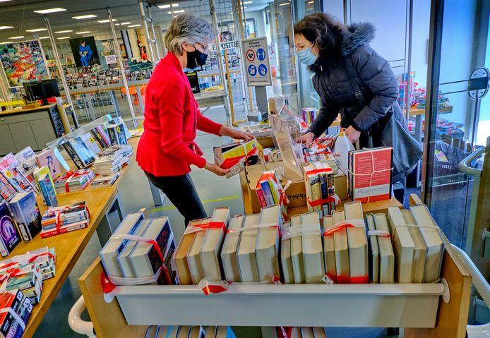 De bibliotheek in Papendrecht, nu alleen geopend voor het afhalen en inleveren van boeken.