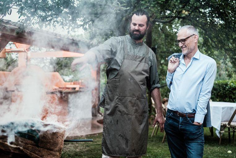 Herman Tournaye bewondert de kookkunsten van Willem Hiele. Beeld Bob Van Mol