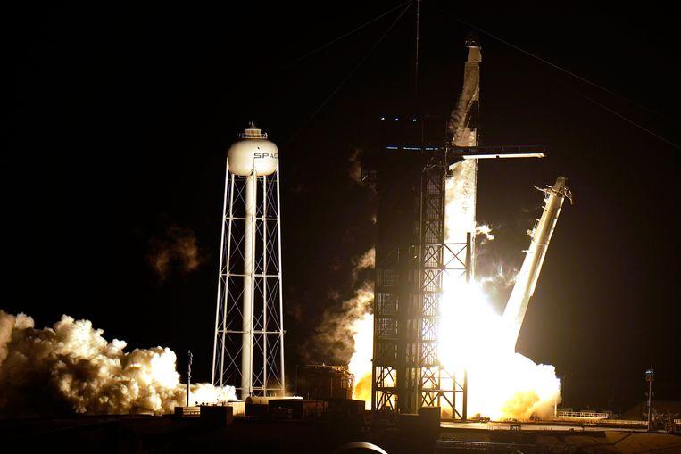 De lancering. De missie heet Crew-1, omdat de tweede vlucht telt als de eerste officiële vlucht van het SpaceX-programma.  Beeld AP