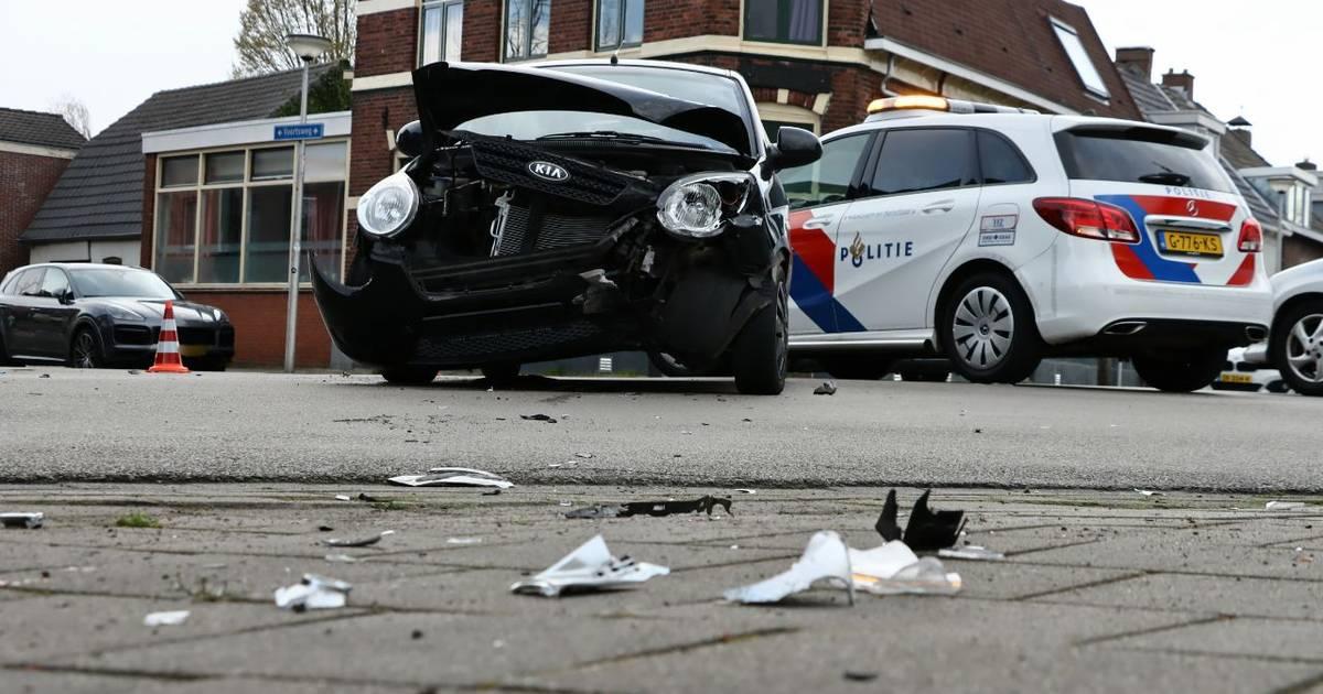 Auto slingert 100 meter weg na aanrijding in Enschede, twee geparkeerde auto's geramd.