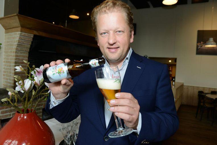Brouwer Xavier Vanneste van De Halve Maan stelt de 'Sportzot' voor met 0,4% alcohol.