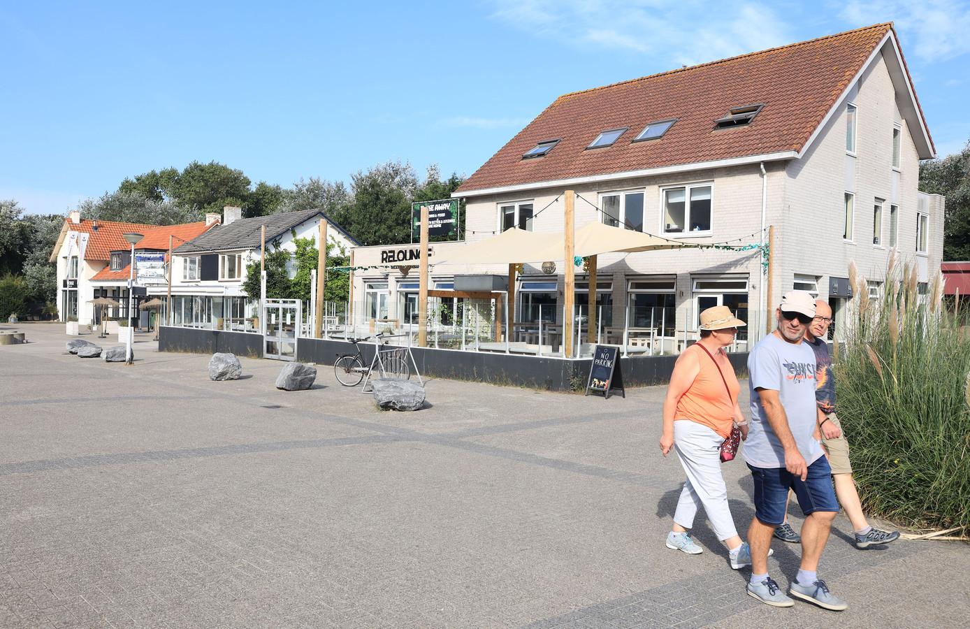 De voormalige discotheek Joy - rechts, nu Relounge - wordt gesloopt voor de bouw van Duinhof Noord.