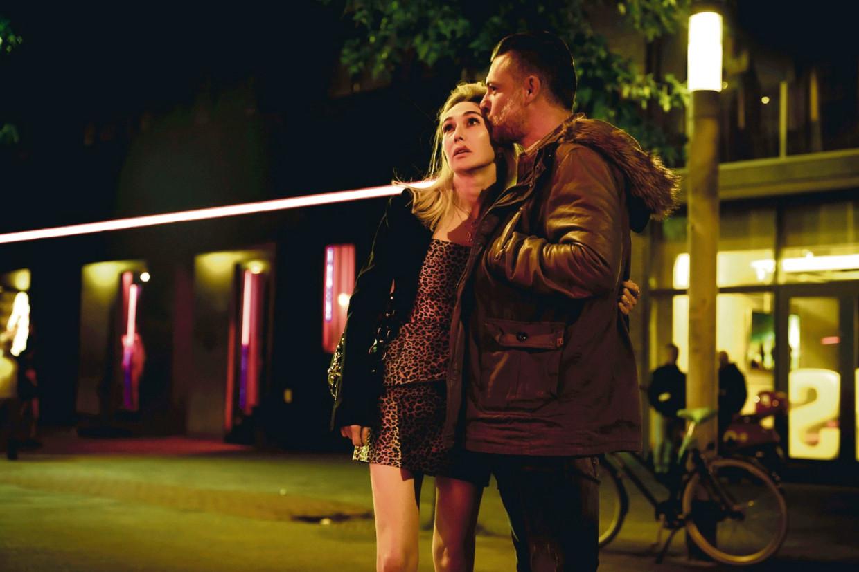 Carice van Houten en Geert Van Rampelberg in 'Red Light'. Beeld Humo