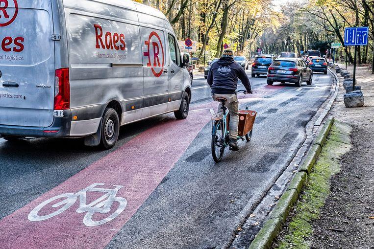 Een gevaarlijk fietspad op de rijweg in het Terkamerenbos waar de fietsstrook plots naar de rijweg draait om een voorsorteervak te creëren voor de auto's. Beeld Tim Dirven