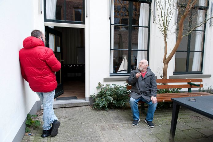 Rookpauze tijdens een inloopmiddag van het Meester Geertshuis.