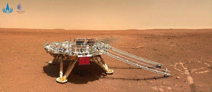 Het landingsplatform waarvan de Marsrover na de landing af reed.