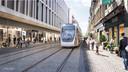 Passage du tram dans la rue Feronstrée.