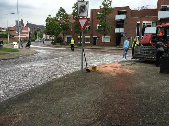 Een grasmaaimachine liet een flinke olieplas achter op de splitsing Nieuwstraat/Steenstraat.