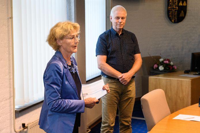Wethouder Trees Vloothuis en Hans Holtkamp die een petitie opstelde tegen de bouw van een Glashoes voor 11 miljoen euro.