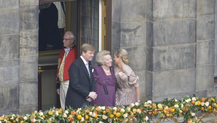 Koning Willem-Alexander, koningin Maxima en prinses Beatrix betreden het balkon van het Koninklijk Paleis. Beeld anp