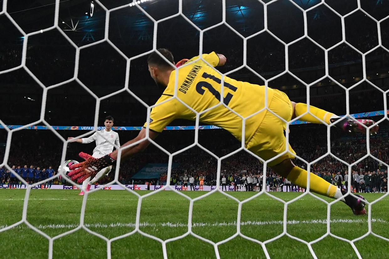 De Italiaanse doelman Gianluigi Donnarumma redt een strafschop tijdens het EK. Hij speelt komend seizoen voor PSG. Beeld AFP