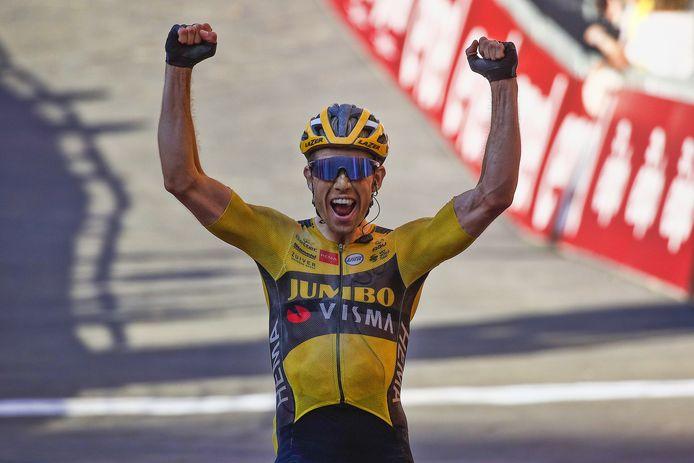 Wout van Aert komt juichend over de finish. Hij wint Strade Bianche.
