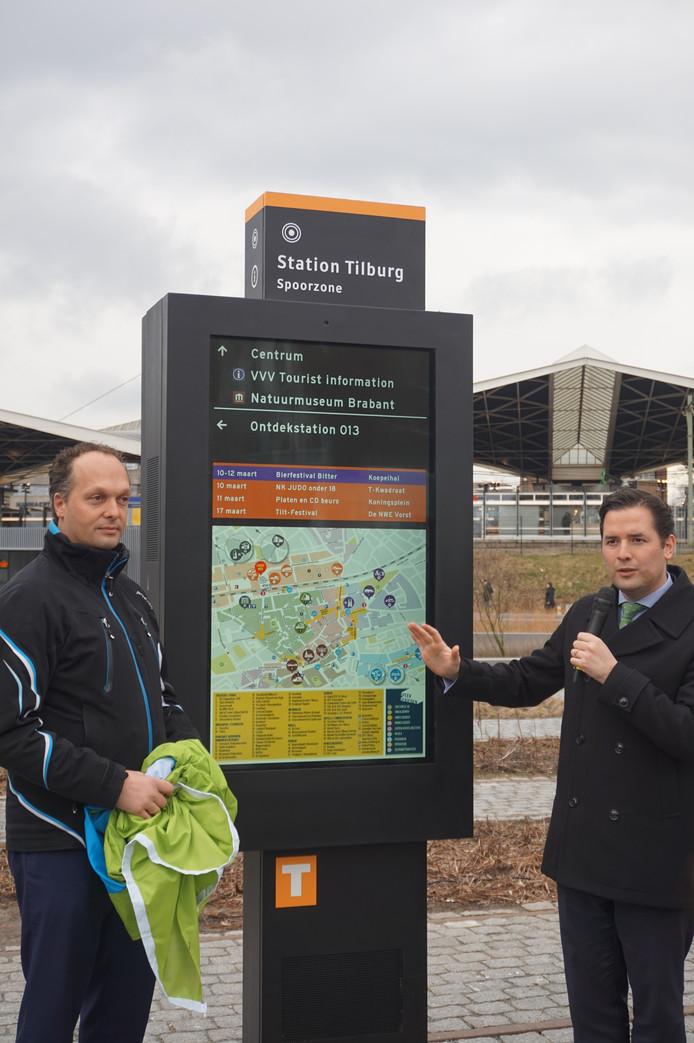 Niek van den Broek (links) en Erik de Ridder (rechts) bij de digitale routewijzer (midden, duh).