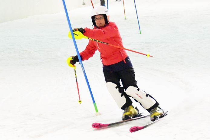 Enikö Smulders aan het trainen in de skihal van Terneuzen. Ze is geselecteerd voor het Nederlands team om naar de Special Olympics World Winter Games in Kazan, Rusland te gaan.