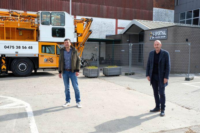 Schepen Jeroen De Cuyper en burgemeester van Putte Peter Gysbrechts op de locatie van de nieuwe sporthal.