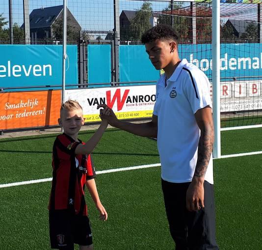 Jeremy Antonisse en jeugdspeler Mats Willems verrichtten de opening zaterdag.